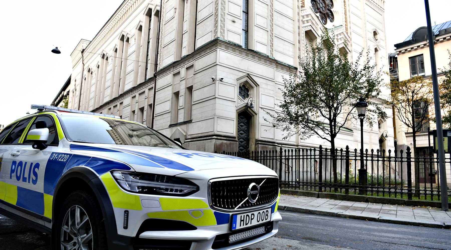 Polisbil utanför Stockholms synagoga.