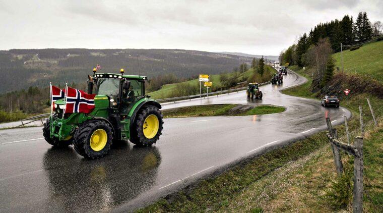Traktor med norska flaggor på 17 maj.