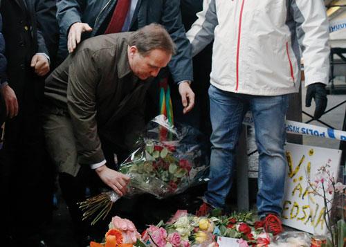Statsminister Stefan Löfven besöker platsen för det dödliga skottdådet på restaurang Vår Krog och Bar 2015.
