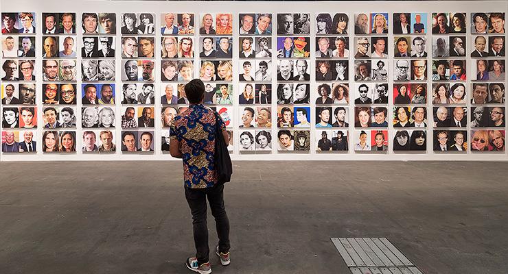 Art Basel Juni 2017. En besökare tittar på verket »Celebrity Look-Alikes« av den amerikanske konstnären Rob Pruitt.