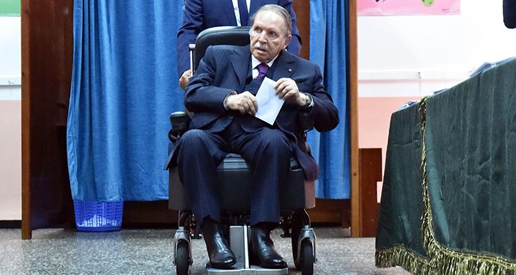 Sista versen. Den 80-årige presidenten Abdelaziz Bouteflika gör sporadiska framträdanden och övervakas av ett internationellt läkarteam i den lyxiga badorten Zeralda utanför huvudstaden Alger.