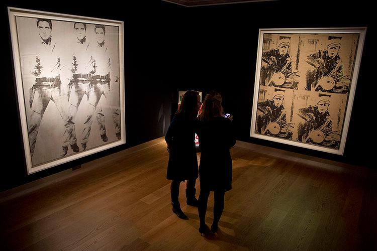 2014. Christie's i New York säljer Warholverken »Triple Elvis« och »Four Marlons« för 81 miljoner dollar respektive 69 miljoner dollar.