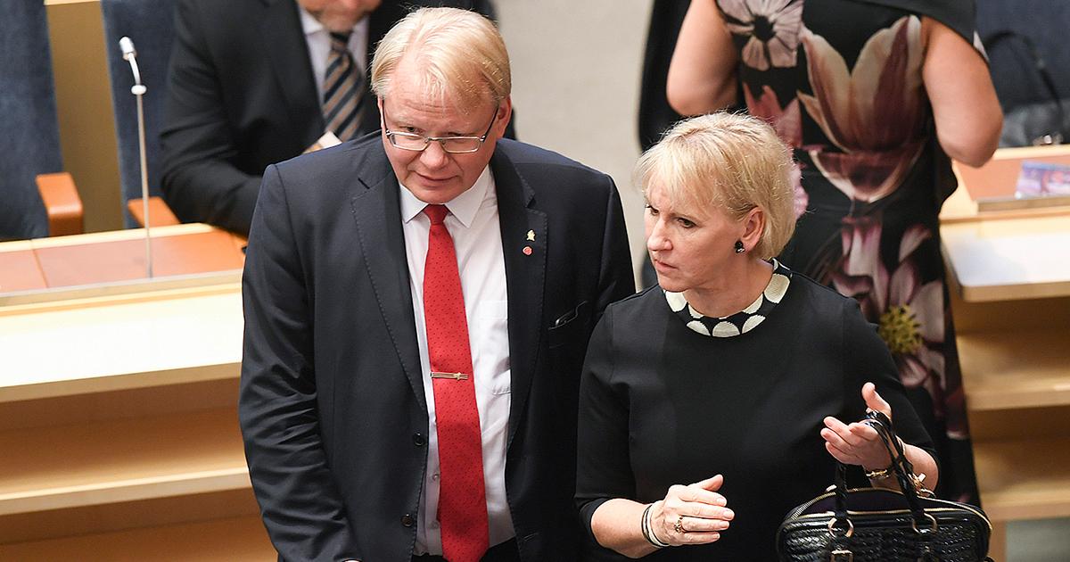 På plats. Försvarsminister Peter Hultqvist tillsammans med utrikesminister Margot Wallström i riksdagen i tisdags.
